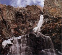 Cascada. La biosfera y la hidrosfera son capas en común.