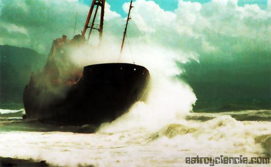 Impacto de un huracán contra un barco