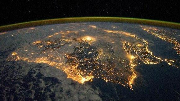 La península ibérica vista desde el espacio por la noche