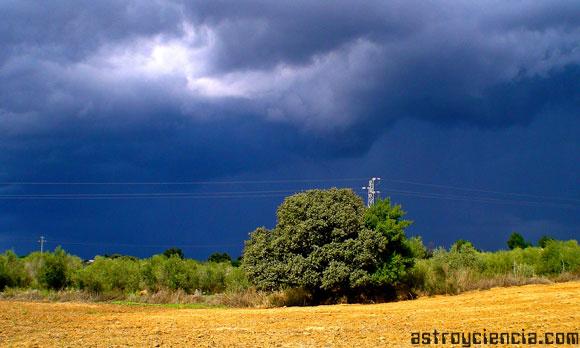 ¿Cómo calcular a que distancia esta una tormenta?