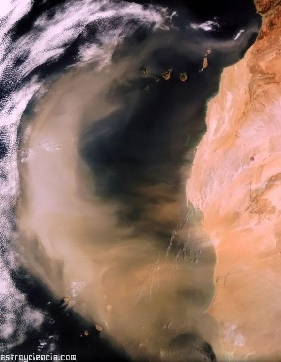 Nube de polvo pasando por las Islas Canarias